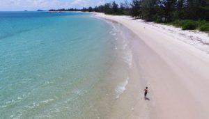 Seorang wisatawan menikmati kawasan pantai wisata Jimbaran, Kecamatan Sijuk, Belitung. Pantai ini merupakan alternatif wisata baru di Belitung dengan keindahan pasir putih yang halus.