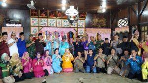 Foto bersama Asesor Geopark serta tamu undangan di Rumah Adat Belitung