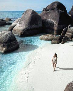 Putihnya Pasir Pantai Tanjung Tinggi dengan Batu Granit yang Menawan