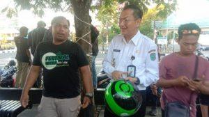 Wakil Bupati Belitung Isyak Meirobie, Saat Melihat Helm Gojek Yang Baru, Rabu (4/9/2019) di Kawasan KV Senang Tanjungpandan Kabupaten Belitung.