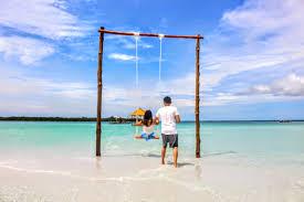 Berayunan di atas air laut, menciptakan suasana romantis bersama pasangan! (Foto: Shutterstock)