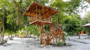 Lelah berkeliling di hutan tropis pulau Leebong yang masih alami, kita bisa istirahat di huttree yang instagramable ini