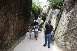 Batuan granit yang berdiri kokoh menjulang di Pantai Tanjung Tinggi. Tepat di tempat ini, tahun 2008 dijadikan tempat syuting film Laskar Pelangi.