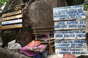 Papan bertuliskan peringatan jangan membuang sampah di area Pantai Tanjung Tinggi, Belitung. Namun masih banyak wisatawan yang tidak mematuhinya.