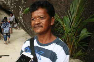 Riduan (49), warga asli Tanjung Tinggi yang membuat dan merapikan pantai agar terlihat semakin indah dan nyaman bagi wisatawan.